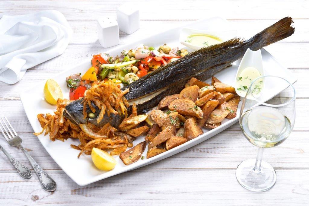 """מסעדת לה סרדין אילת דג מוסר במשקל עם תוספת ירקות בגריל, תפו""""א ובצל מטוגן"""