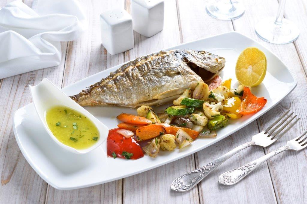 מסעדת לה סרדין אילת דניס בגריל עם תוספת ירקות בגריל