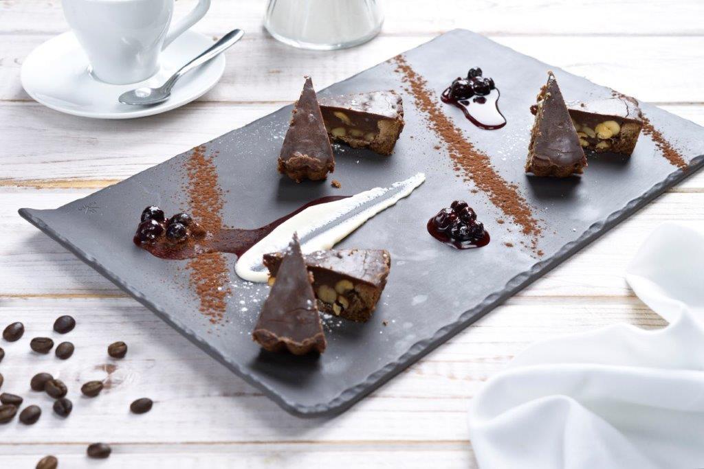 מסעדת לה סרדין טארט שוקולד פאי שוקולד מוגש קר עם אגוזים בליווי רוטב פרות יער